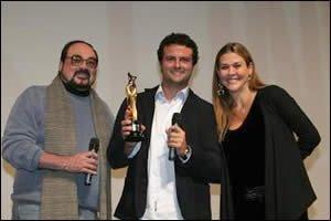 O diretor Marcelo Galvão recebe premiação de melhor roteiro no festival