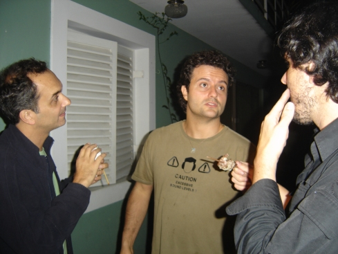 """O diretor Marcelo Galvão (centro) conversa com Marcelo e Rodrigo, diretores de fotografia do filme """"Colegas"""""""