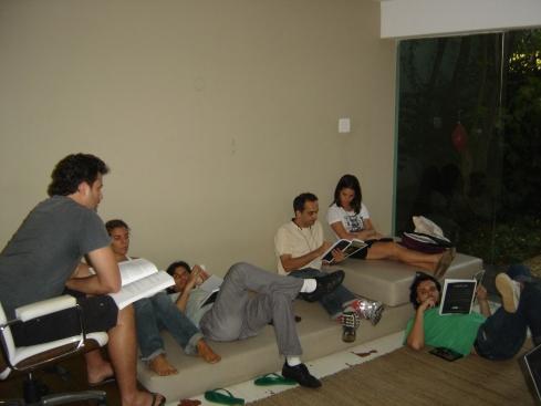 Galvão (à esquerda) faz leitura do roteiro com equipe