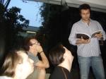 Marcelo Galvão lê trecho do roteiro para o trio.