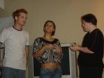 Os atores Alessandro Delarissa e Tika Ribeiro contracenando com Ariel