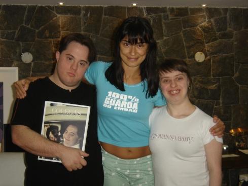 Ariel com o roteiro nas mãos, Alek e Ritinha