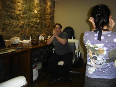 Após ir embora da balada, Ariel e Alek simulam uma conversa por telefone no meio do maior barulho.