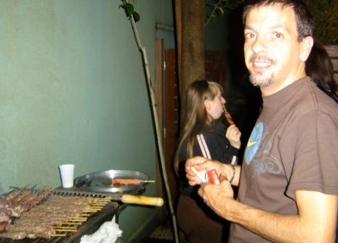 Claudio prepara o churrasco e Ritinha fica na área.
