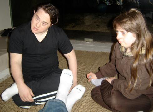 Ariel e Rita ouvem atentamente o diretor