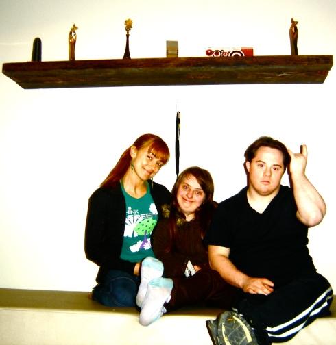Alek, Rita, Ariel e (acima) os prêmios vencidos pela Gatacine, com destaque ao prêmio à direita (Colegas: melhor roteiro no Festival de Paulínia 2008)