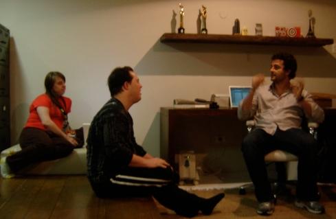 O diretor Marcelo Galvão orienta Rita e Ariel antes de ensaiar a cena