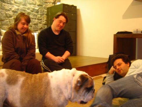 Quem já participou de um laboratório, sabe que Otto - bulldog inglês da Gatacine - às vezes invade o set.