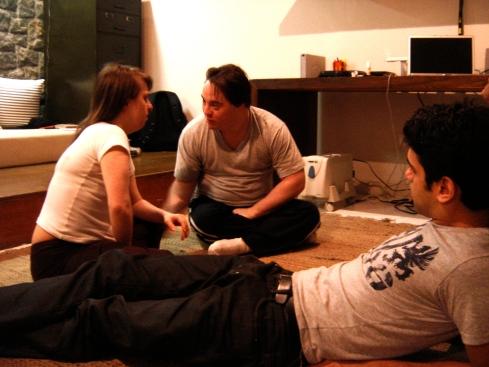 Ariel (Stalone) treina cena em que pede Rita (Aninha) em casamento