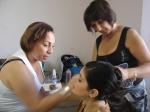 Cris e Fátima preparando Isabela Scaff