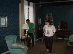 Juliana di Grazia (produtora de objetos) prepara quarto da Dona Esmeralda.
