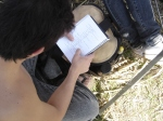 Enquanto não filma, Breno estuda roteiro.