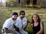 Guilherme (estagiário de objetos), Caio (1o assistente de produção) e Andrea Beni (platô)