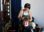 Fátima prepara o cabelo de Ritinha.