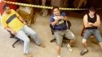 Fausto (motorista), Fernando (contra-regra) e Danilo (motorista). Ao fundo vemos alguns móveis usados em cena já empacotados.