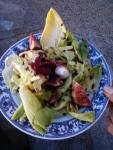 Salada de verdes nobres com radicchio, endívia, figos laminados e queijo chevre ao molho de caramelo balsâmico