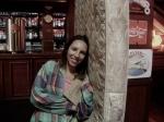 Juliana Motta (assistente de objetos) no colchão usado na cena da briga.