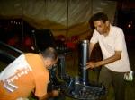 Kokó (1º assistente de maquinária) e Paulinho Jandira (maquinista) montam grua.