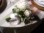 Olha, achei o buquê da noiva sobre uma das mesas!