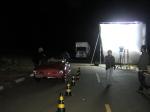 Na cena, o carro passa em alta velocidade na frente do policial.
