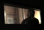 Gloria (camareira) observa tudo da janelinha do Motor Home.