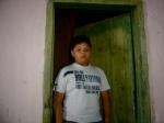 """Gabriel faz papel de um garoto que recebe os """"Colegas"""" em sua humilde casinha."""