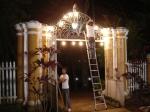 Adrielsom (pintor) troca luminárias do portal.