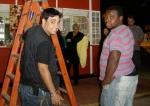 Fabio (assistente de produção) e Pereira (geradorista) montam set.