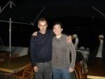 Zenor Ribas (diretor de arte) com o dentista Marcos Silva que doou azulejos para a cena do banheiro.