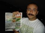"""Rui Unas, que interpreta o policial """"Portuga"""", mostra a capa de jornal que ganhou do Lucas."""