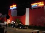 Na cena, o carro dos policiais Souza e Portuga quebra e eles são obrigados a dormir em um motel.