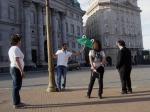 O diretor mostra como vai ser a cena na Plaza de Mayo.