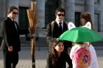 Cena em que os Colegas pegam o guarda-chuva da criança