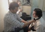 O diretor Marcelo Galvão ajuda Breno a dar nó na gravata.