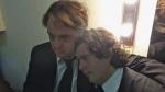 Ariel e Breno se abraçam antes de entrarem em cena.