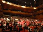 O público começa a lotar o teatro