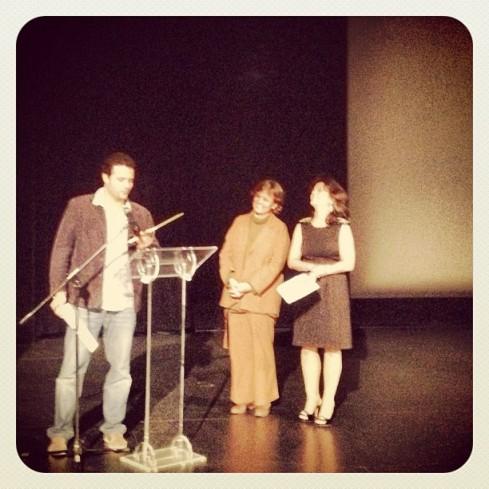 O diretor Marcelo Galvão sendo homenageado no encerramento do FESTIN