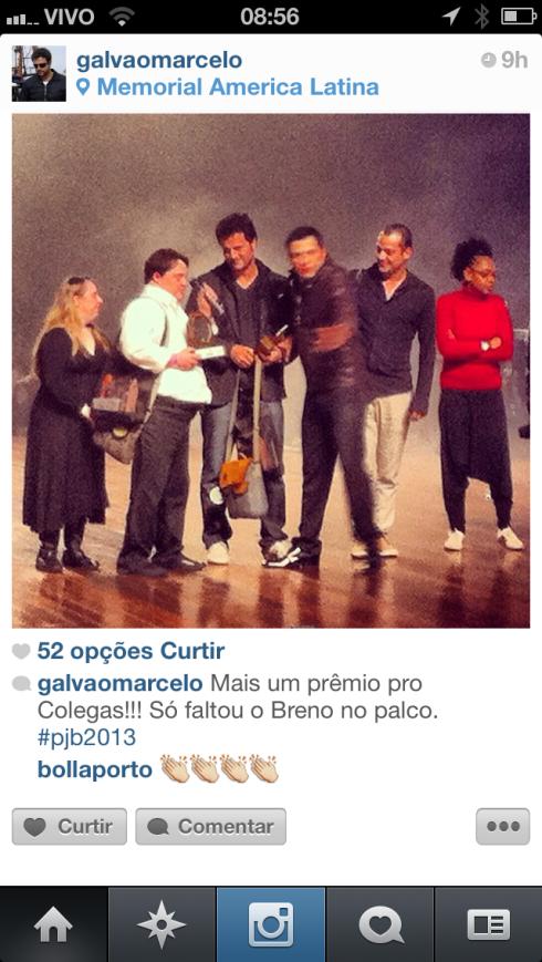 Rita Pokk, Ariel Goldenberg e Marcelo Galvão sobem ao palco para receberem o prêmio.